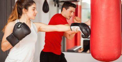 Entrenamientos de boxeo para principiantes con saco de boxeo